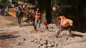 Brigadas de Obras Públicas trabajan en la demolición del puente en la comunidad El Cacique, Moca.