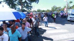 Los fanáticos llegaron desde temprano al estadio Quisqueya para comprar las entradas del partido de mañana. Foto: Elieser Tapia/El Día.