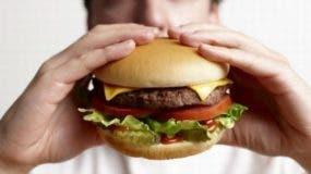 Los resultados indican que los padres juegan un papel decisivo en la ingesta de comida rápida por parte de sus hijos.