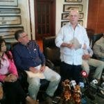 El expresidente Hipólito Mejía junto a productores agropecuarios.