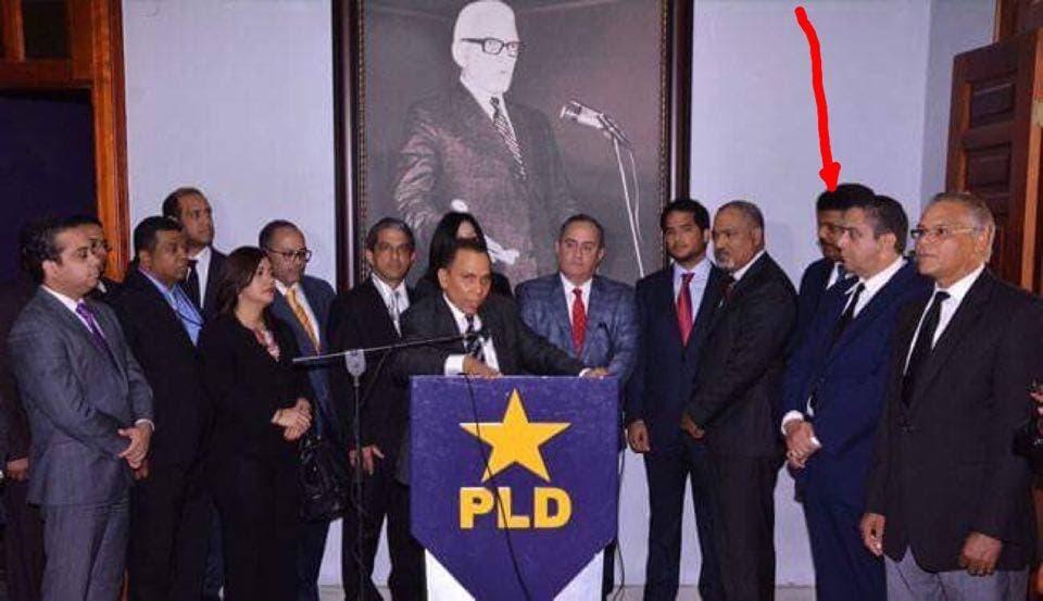 El abogado Robert Valdez (tercero de derecha a izquierda) junto a otros juristas al ser juramentado por Radhamés Jiménez. Foto:  Vanguardia del Pueblo.