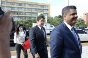 El abogado Robert Valdez cuando llegaba ayer a la Procuraduría junto a Marcelo Hofke, gerente general de Odebrecht en el país.  Foto: José De León/El Día.