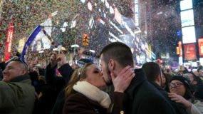 Kaitlin Olivi, de Yonkers, Nueva York, y Lucas Pereira, de Sayreville, New Jersey, se besan bajo una lluvia de confetti para celebrar la llegada del Año Nuevo en Times Square, Nueva York. AP
