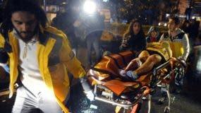 Médicos trasladan a una persona desde la popular discoteca donde tuvo lugar un ataque terrorista, en Estambul. AP