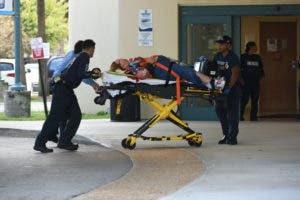 Una de las ocho personas heridas durante el tiroteo al momento de ser ingresada a un centro de salud en Fort Lauderdale.
