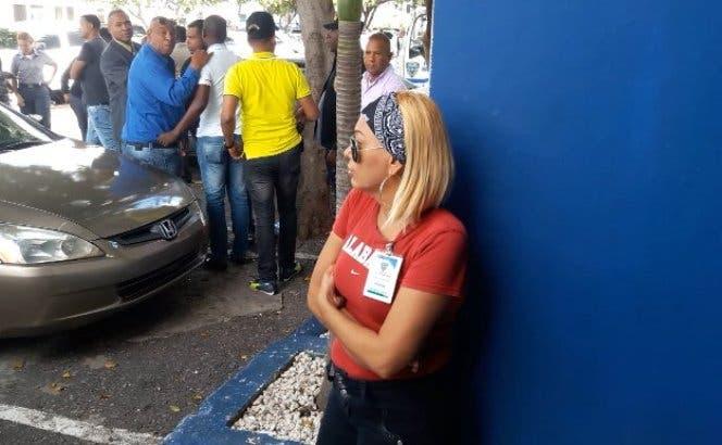 La madre de Brayan Paulino acudió hoy al Palacio de la Policía. Foto: InformtaivosTA.
