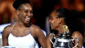 Serena Williams (dcha.) ganó su primer Abierto de Australia hace 14 años.
