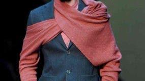 (EFE) Un hombre presenta los diseños para la temporada otoño/invierno del diseñador Giorgio Armani durante la Semana de la Moda de Milán. EFE