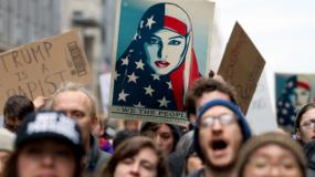 """El metro de la capital estaba este sábado lleno de mujeres con gorros rosas con orejas de gato (""""pussy hats""""), convertidos en el símbolo de la oposición al republicano Trump."""