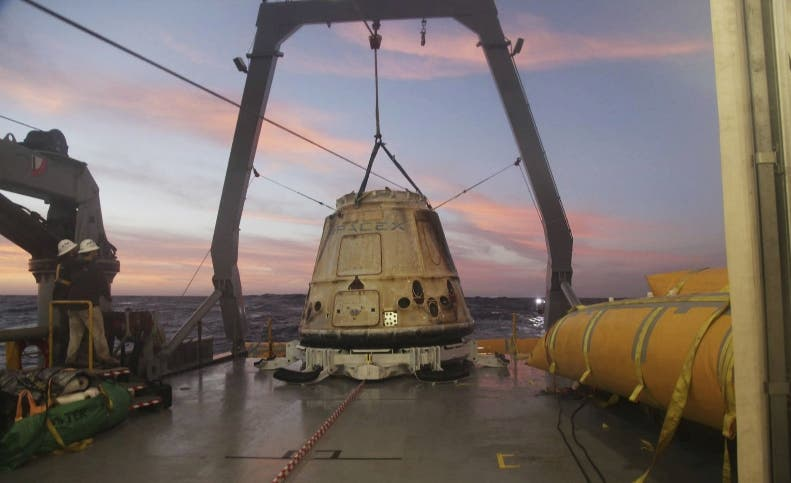 ARCHIVO - En esta fotografía de archivo del martes 10 de febrero proporcionada por SpaceX, su cápsula Dragon está sobre un navío en el océano Pacífico al oeste de la península Baja, México, luego de regresar de la Estación Espacial Internacional con unos 1.700 kilos (3.700 libras) de cargamento para NASA. (AP Foto/SpaceX, Archivo)