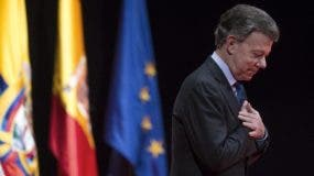FILE - In this Dec. 14, 2016 file photo, Nobel Peace Prize laureate and Colombia's President Juan Manuel Santos acknowledges applauds after receiving the Nueva Economia Forum award at the Royal theater in Madrid. Colombia's chief prosecutor said Tuesday, feb. 7, 2017, President Juan Manuel Santos' 2014 re-election campaign may have received a $1 million contribution from Brazilian construction giant Odebrecht. Santos has yet to comment but his former campaign manager calls the accusations unfounded and libelous. (AP Photo/Francisco Seco, File)