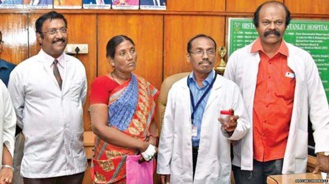 El equipo médico, junto a Selvi, tras la extracción del insecto, que muestran en una caja. Foto cortesía del diario Deccan Chronicle.