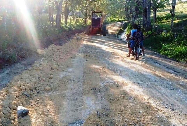 Inician trabajos de reparación caminos vecinales destruidos en Puerto Plata