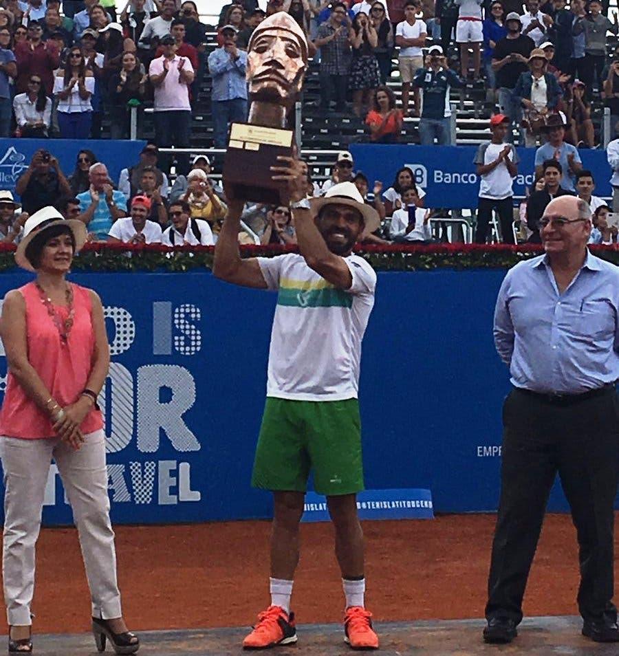 Dominicano Víctor Estrella se corona por tercera vez campeón del ATP Ecuador