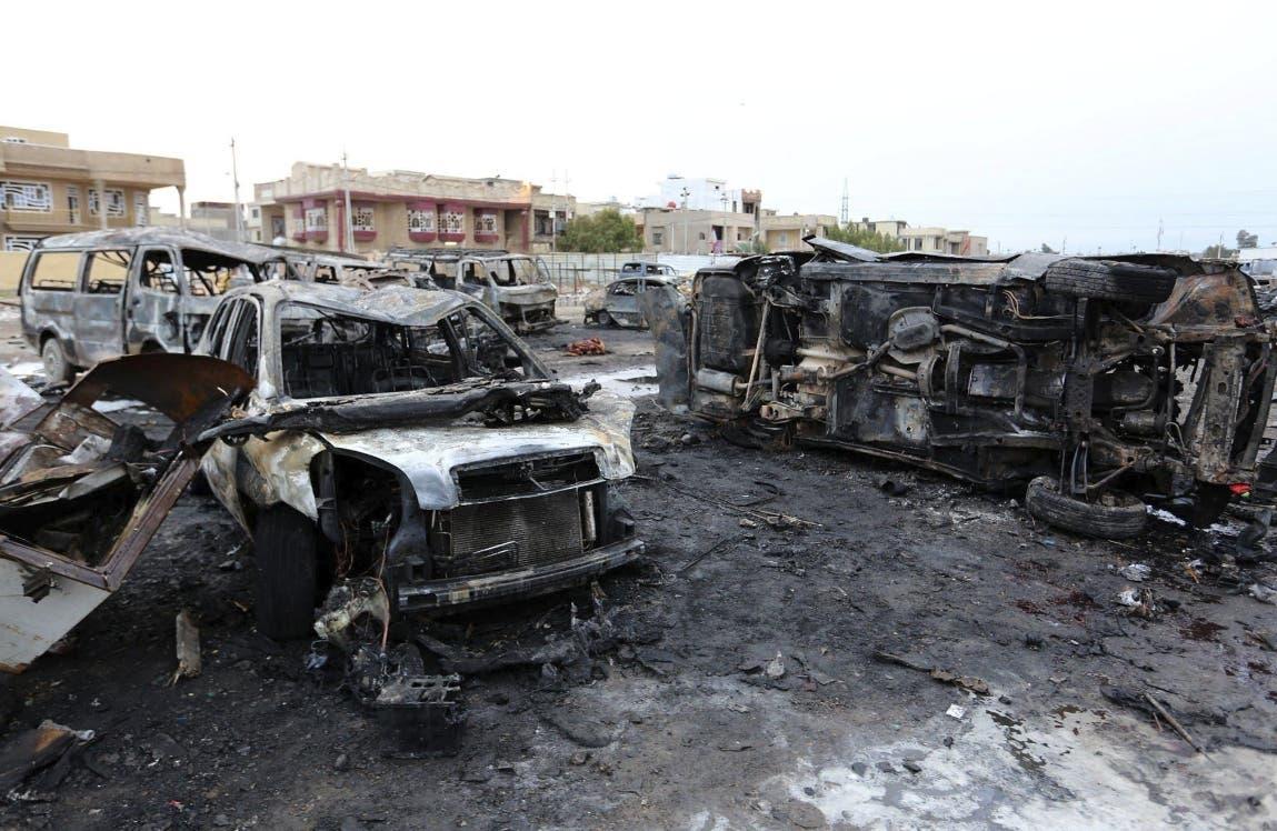 Restos de varios vehículos calcinados en un concesionario de coches usados tras la explosión de un artefacto en el barrio de Al Bayaa, en Bagdad (Irak) hoy, 17 de febrero de 2017. Según varias informaciones, al menos 52 personas han muerto y otras 42 resultaron heridas en el atentado reivindicado por Estado Islámico. EFE/Ali Abbas