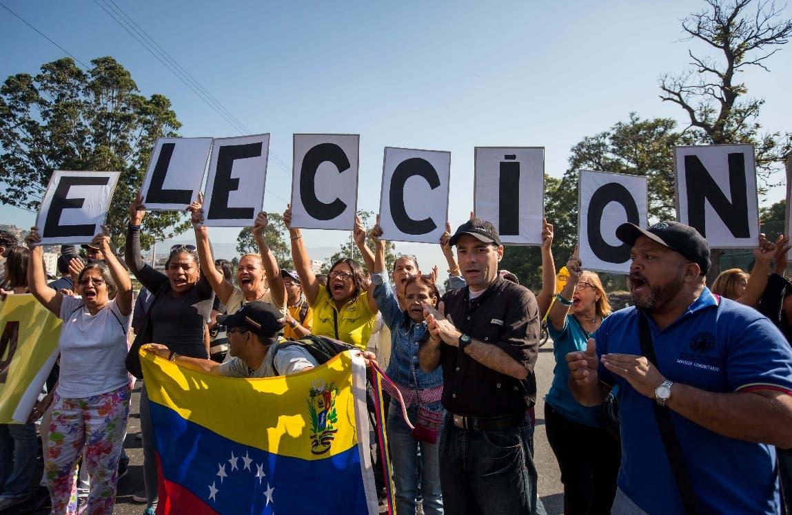 Diputados del partido político Primero Justicia (PJ), de la coalición opositora Mesa de Unidad Democrática (MUD), junto a un grupo de seguidores, participan en una manifestación para exigir elecciones en el país, en la ciudad de Caracas EFE/MIGUEL GUTIERREZ