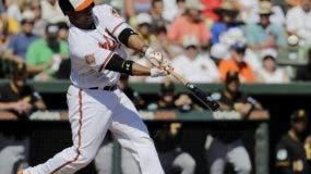 Welington Castillo de los Orioles de Baltimore batea un sencillo en el cuarto inning del juego de pretemporada contra los Piratas de Pittsburgh, en Sarasota, Florida. AP