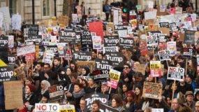 Los manifestantes se concentraron frente a la embajada estadounidense.