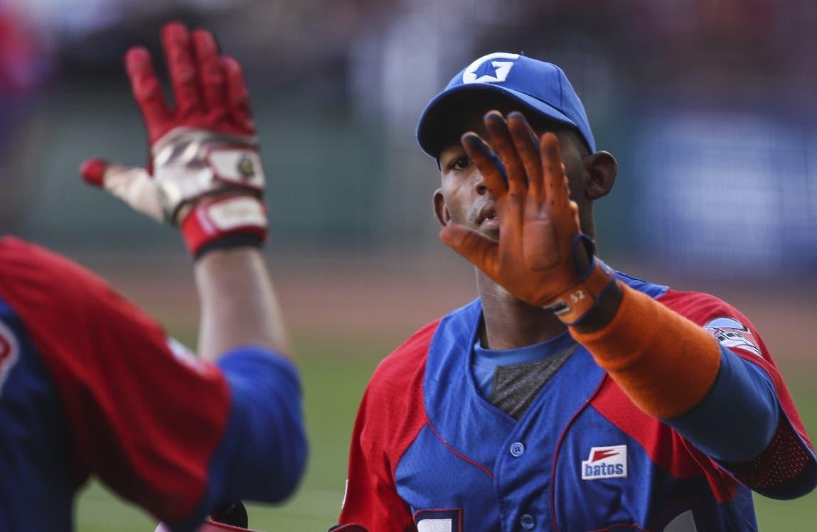 Camilo Morejon de equipo Granma de Cuba  celebra un  home run. AP
