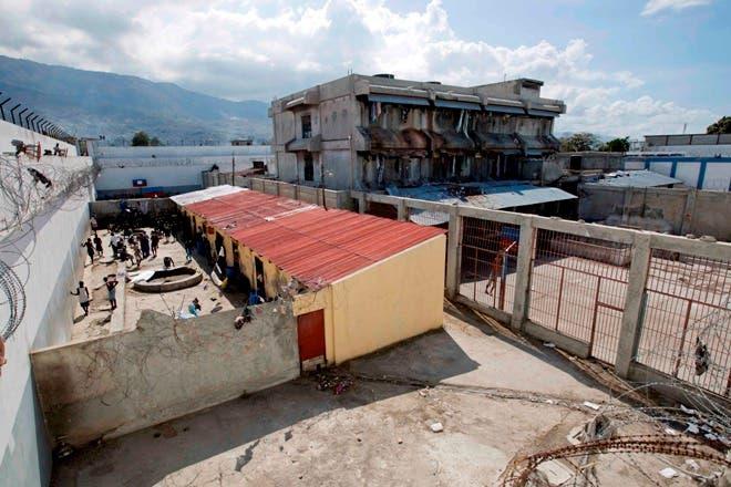 Esta foto del 13 de febrero del 2017 muestra a prisioneros en el patio de la Penitenciaría Nacional, en el centro de Puerto Príncipe, Haití.