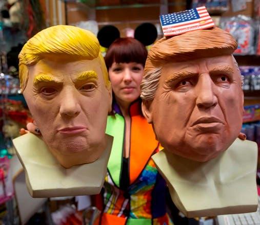 Chantal, una vendedora de la tienda Louis Wittenburg de Halloween y Party Supplies, tiene dos máscaras del presidente estadounidense Donald Trump en Amsterdam,