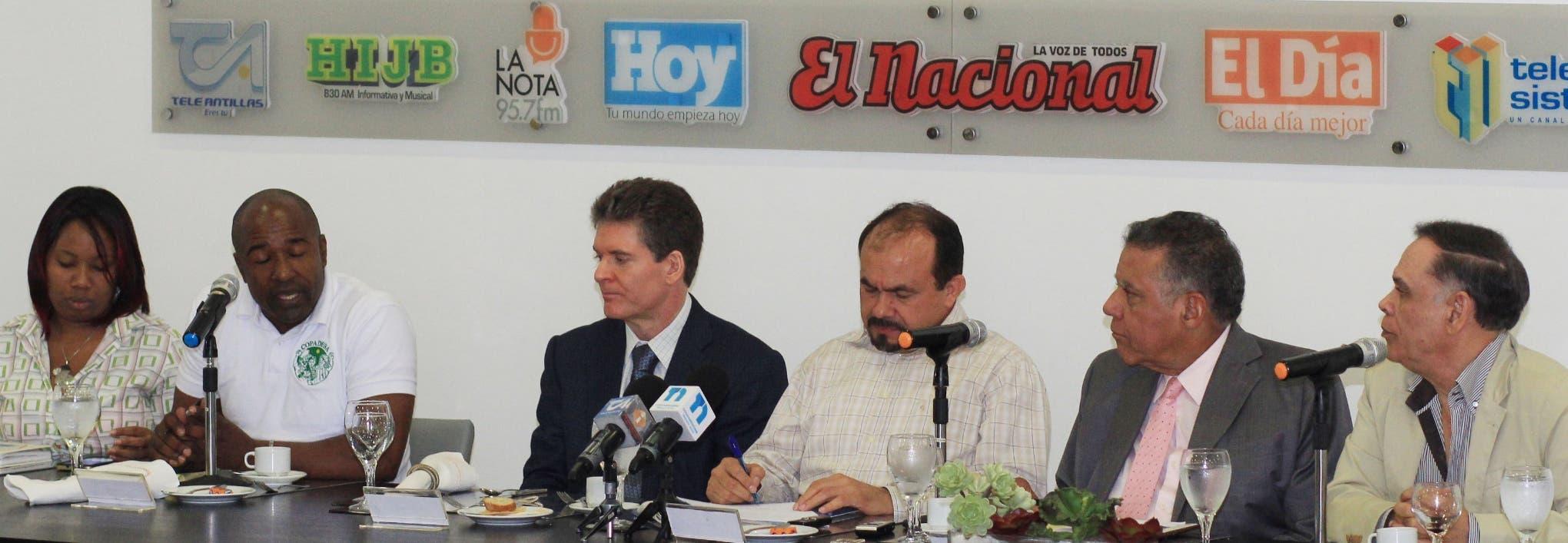 Juleisy de la Rosa, Marcelino Moya, José Alfredo Corripio, Román Batista, Juan Bolívar Díaz y Cristóbal Valdez durante el Almuerzo Semanal del Grupo Corripio.