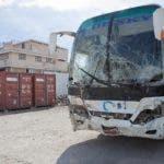 Vista del autobús accidentado en Gonaives, en el norte de Haití hoy, domingo 12 de marzo de 2017, en una estación de Policía para realizar el proceso de investigación, luego de que perdiera el control y arrollara a los integrantes de una banda musical, según informaron autoridades de socorro locales. EFE/