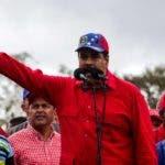 """CAR08. CARACAS (VENEZUELA), 09/03/2017.- El presidente venezolano, Nicolás Maduro, participa en una manifestación """"contra el imperialismo"""", hoy, jueves 9 de marzo de 2017, en Caracas (Venezuela). El presidente de Venezuela, Nicolás Maduro, aseguró hoy que Venezuela """"está de pie"""" en la defensa de sus derechos y que tiene el apoyo de los pueblos del mundo porque, afirmó, su propósito también se convierte en la defensa por el derecho a la paz de todos. EFE/Cristian Hernández"""