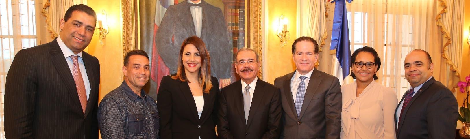 Marco Herrera, Archie López, Laura Castellanos, Danilo Medina, Manuel Corripio, Zumaya Cordero y Omar de la Cruz.
