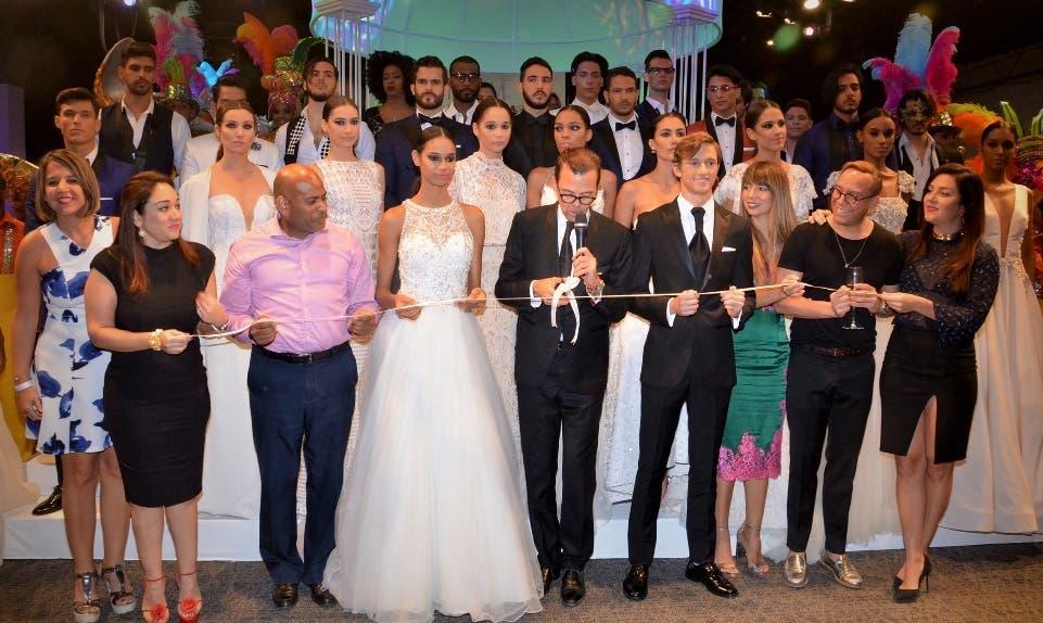 Sócrates McKinney realiza el corte de cinta, le acompañan patrocinadores, los diseñadores José Jhan y Eclíptica y la presidenta de Aberd Maripily López.