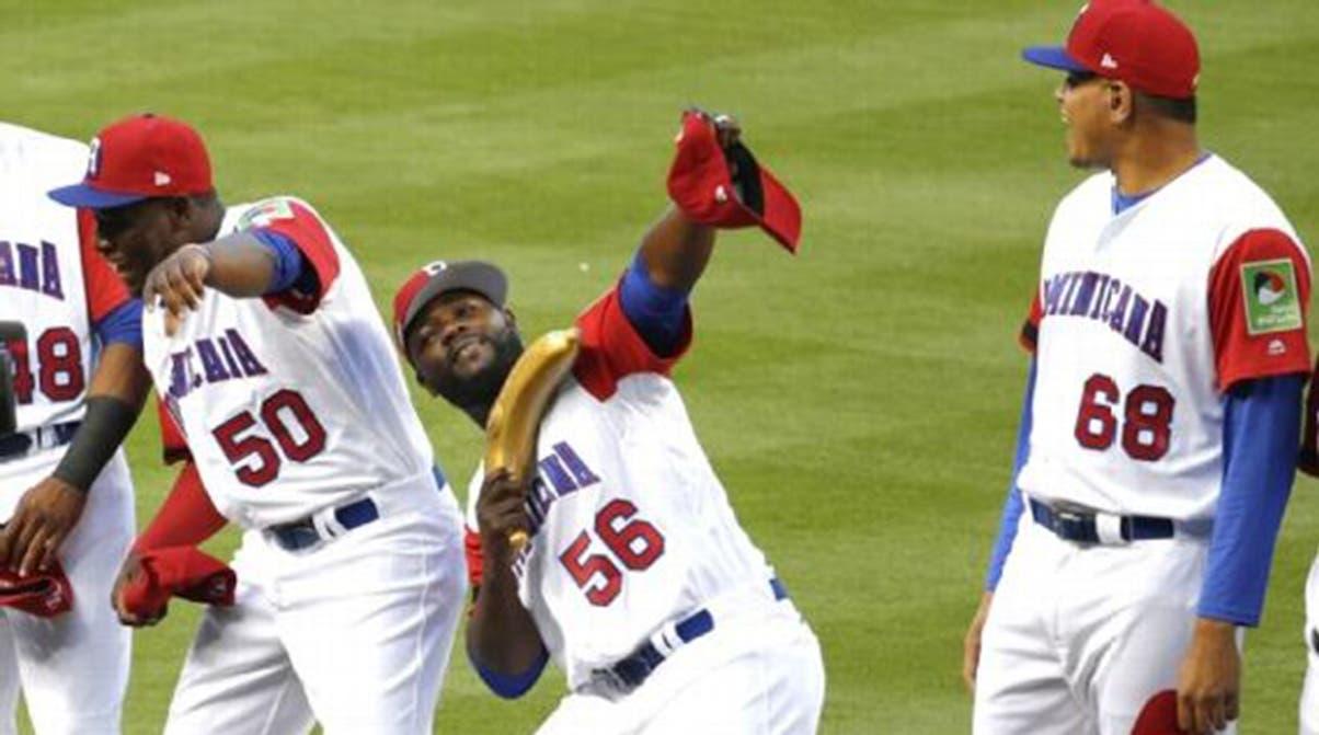 Jugadores dominicanos celebran uno de sus triunfos con el  plátanos como su símbolo principal.