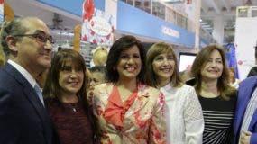 Margarita Cedeño junto a los ejecutivos de la tienda, Mario Lama (hijo), Pedro Juan, Milly y Elsa  Lama.