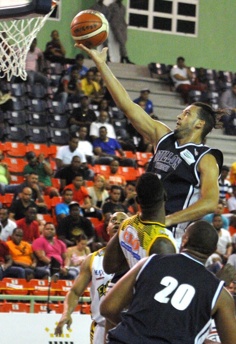 Manuel Guzmán termina ataque rápido encestando dos puntos.