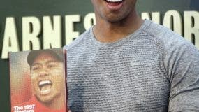 Tiger Woods muestra su libro