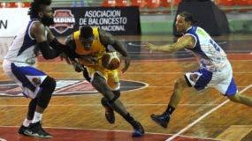 Lester Proper, del Rafael Barias, domina y protege el balón defendido por Jack Michael Martínez  y Omar Cordero, de San Lázaro.