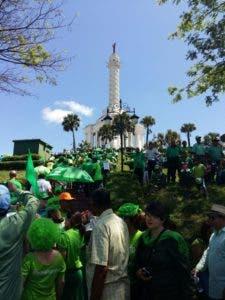 Cientos de manifestantes subieron hasta el monumento a los héroes de la Restauración.