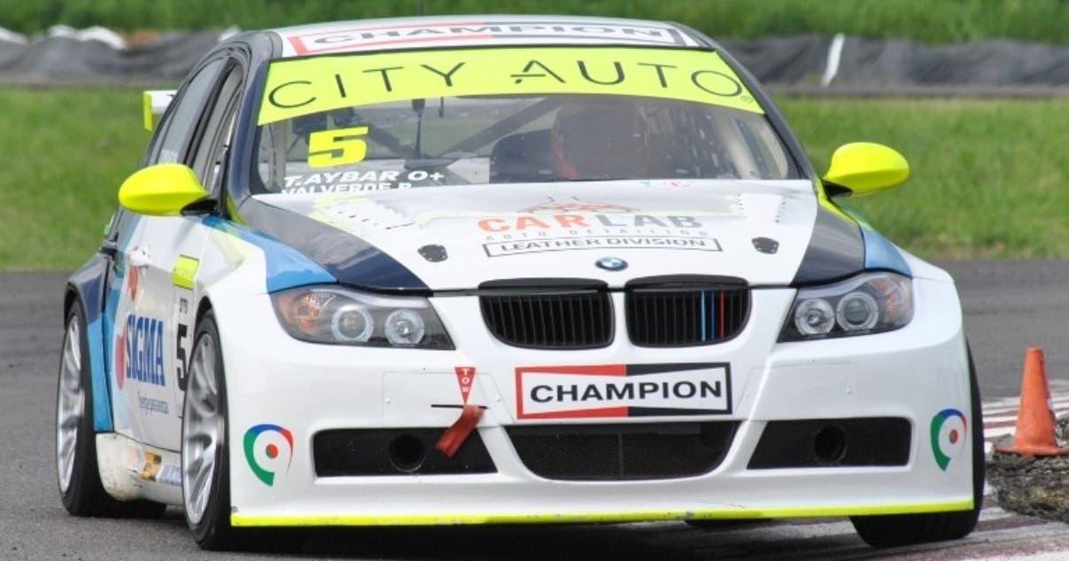 El BMW de Carlab Motorsport pilotado por Milo Valverde recorre el trazado del autódromo Sunix.