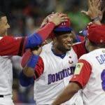 Robinson Canó es felicitado por compañeros durante el partido contra Estados Unidos el sábado.