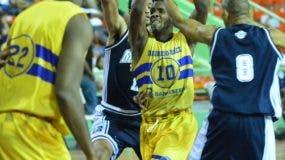 Gerardo Suero, del Mauricio Báez, se eleva al canasto en el partido de anoche frente a El Millón, en el baloncesto distrital.