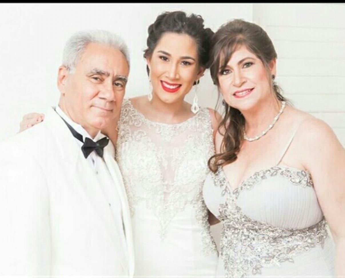 De derecha a izquierda, Delci Miguelina Yaport junto a su esposo Leandro Acosta y su hija.