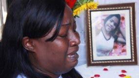 Nikauli Ampara llora a su hija desparecida el pasado domingo y luego reportada encontrado su cuerpo asesinada y violada frente al Faro colon. Foto:; Elieser Tapia.