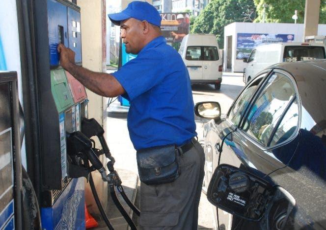 Gobierno sube tres y cuatro pesos al precio de los combustibles para esta semana