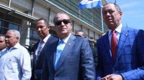 Reinaldo Pared Pérez acudió a la Procuraduría acompañado de algunos senadores.