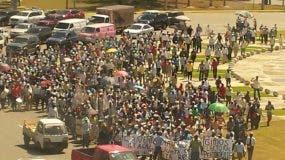 Extrabajadores cañeros se movilizan este lunes frente a la JCE en demanda de que les entreguen documentos de residentes legales.
