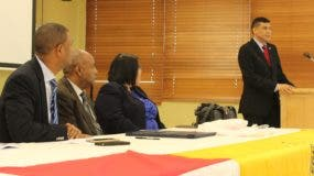 El doctor Ricardo Nieves (a la derecha) durante su exposición sobre las responsabilidades civiles y penales de los profesionales de la salud en el Hospital Traumatológico Ney Arias Lora.