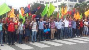 Parte de los estudiantes de la UASD que participaron en la demostración.