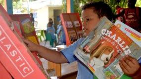 un-nino-mientras-elige-sus-libros-en-la-feria-dream