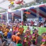 Comparsas con vistosos colores hacen presencia en el desfile.  Foto: Dominga Ramírez.