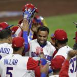El jugador dominicano Nelson Cruz (c) celebra con sus compañeros tras batear un jonrón solitario en la octava entrada del partido del Grupo F del Clásico Mundial de Béisbol disputado contra Venezuela en San Diego, California (EFE)
