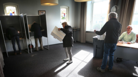 Varias personas acuden a un colegio electoral para ejercer su derecho al voto durante las elecciones parlamentarias en Schiermonnikoog (Holanda).